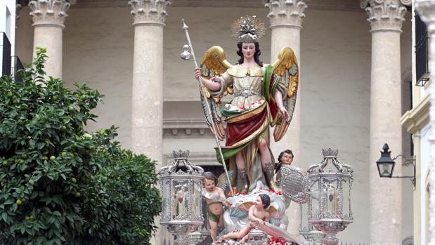 San Rafael, en la plaza de la Compañía, en su procesión por Córdoba del 24 de octubre de 2012