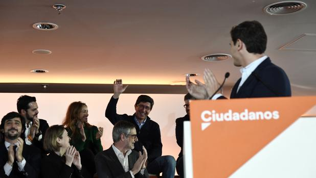 Juan Marín junto a Albert Rivera y Toni Roldán, entre otros, en un acto de Ciudadanos