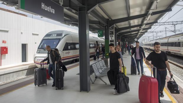 Pasajeros bajando de un tren en la estación de Renfe en Huelva