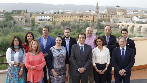 Luis Valdelomar, segundo por la derecha en la fila superior, con la candidatura del PP para 2015
