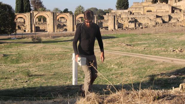 Imágenes de los trabajos previos a las excavaciones en la Plaza de Armas de Medina Azahara