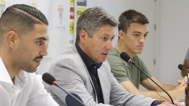 El director deportivo del Córdoba, Alfonso Serrano (c), junto Víctor Ruiz (i) y Edu Frías
