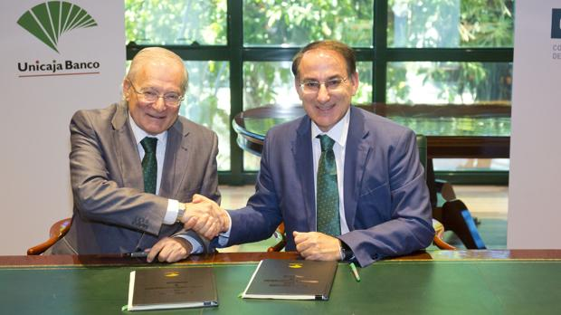 El presidente de Unicaja Banco, Manuel Azuaga, y el presidente de la CEM, Javier González de Lara.