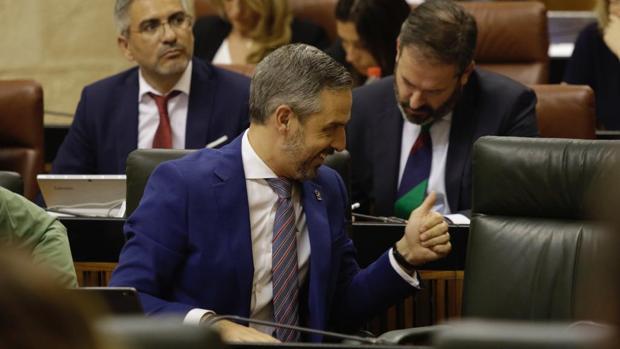 El consejero de Hacienda, Juan Bravo, hace un gesto afirmativo en el Pleno de este miércoles