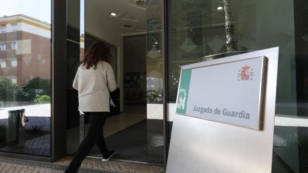 Una mujer entra en los juzgados de Guardia de Córdoba