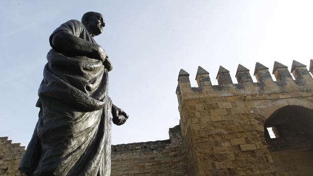 Escultura de Séneca en la Puerta de Almodóvar