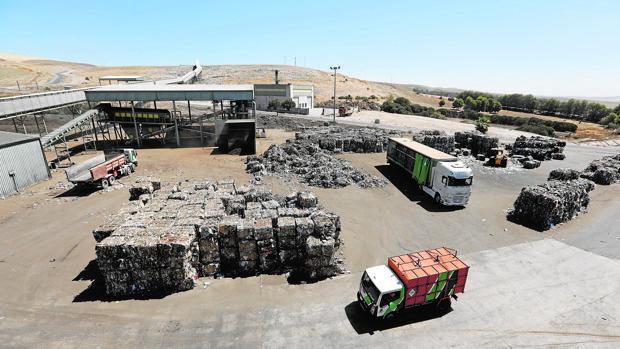 Balas de reciclaje de cartón y papel organizados para la recogida de camiones
