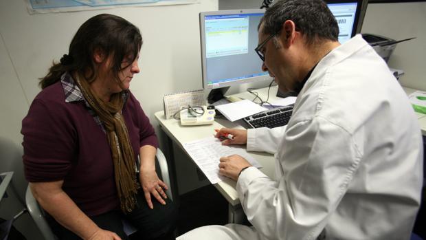 Un médico pasa consulta