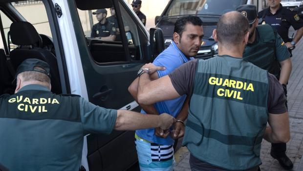 El detenido conducido por los agentes al juzgado