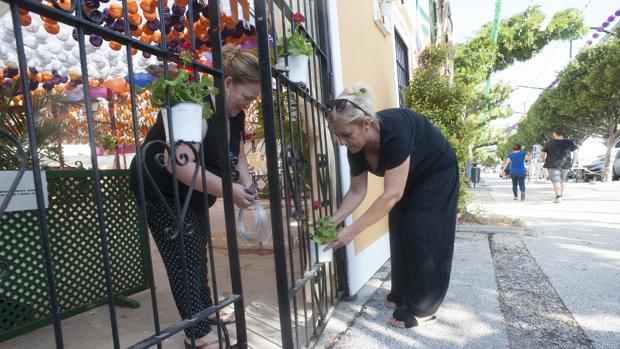 Mujeres ultimando una de las casetas del Real de la Feria de Málaga