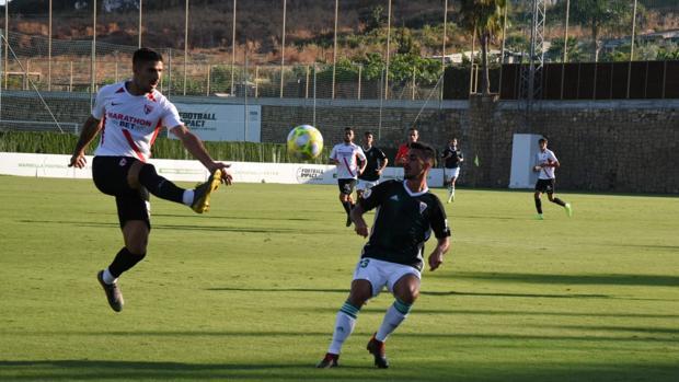 Moyano presiona en una acción del Córdoba CF-Sevilla que se ha jugado este viernes en Marbella