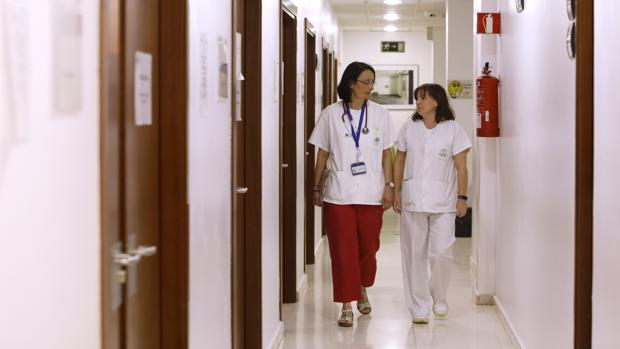 Auxiliadora Gómez y María José Arias en los pasillos de Oncología Médica