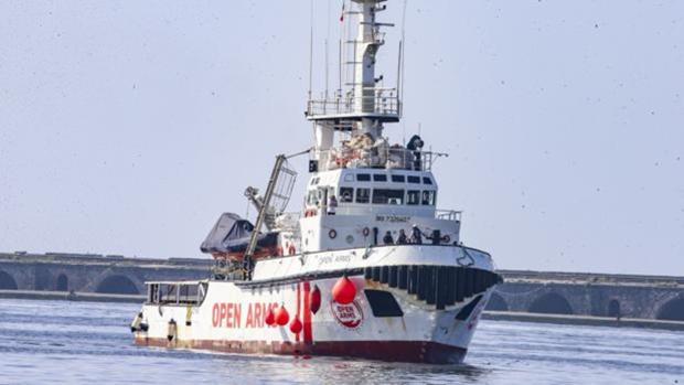 El barco que viaja cargado de inmigrantes rescatados del mar por el Mediterráneo