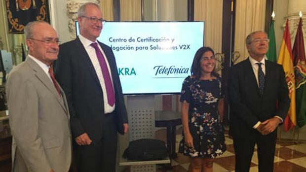 El alcalde y el consejero en los extremos con los consejeros de Dekra y Telefónica