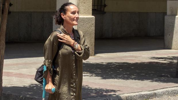 La juez María Núñez Bolaños, con muleta tras sufrir un esguince de tobillo estando de baja en julio