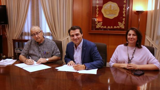 Mariano Pérez de la Concha, José María Bellido y la concejal Eva Contador, en la firma del convenio