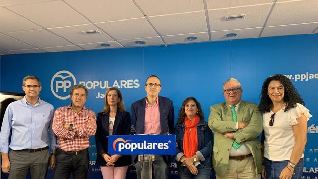 Manuel Bonilla, en el centro, junto a otros concejales del PP de Jaén