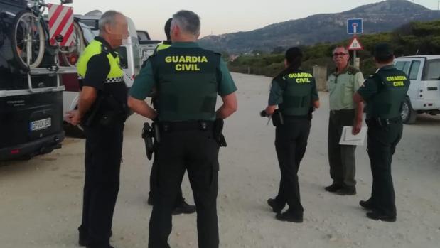 Varios agentes, durante la inspección llevada a cabo en Tarifa este miércoles