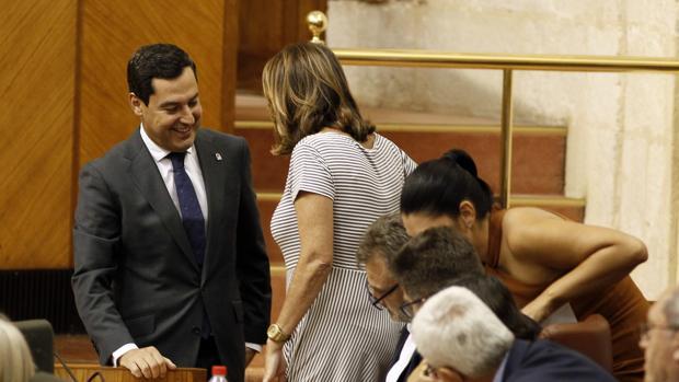 El presidente de la Junta, Juanma Moreno, felicita a Susana Díaz por su embarazo en el Pleno del Parlamento