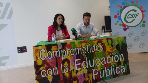 Elena García y Samir Wahab, durante la presentación de la encuesta