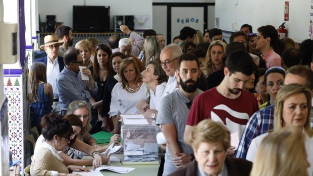Votaciones en un colegio electoral de Córdoba el 28 de abril