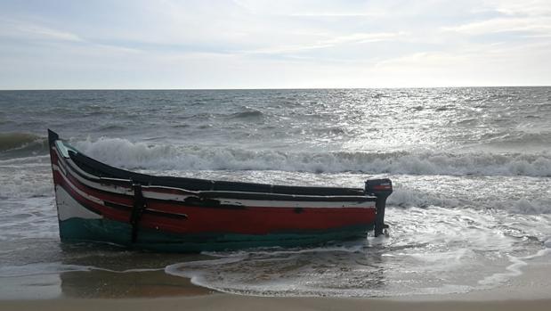 Imagen de la patera que encalló en la tarde de ayer en la costa del Parque Nacional de Doñana