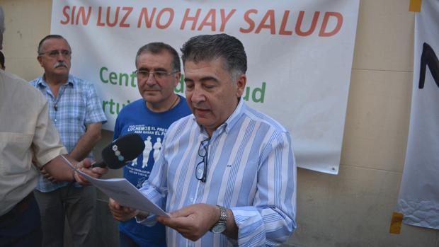 El defensor del ciudadano de Granada, Manuel Martín, junto al cura de la barriada de La Paz, Mario Picazo, han leído un manifiesto este domingo a las puertas de la parroquia de San Francisco de Asís.