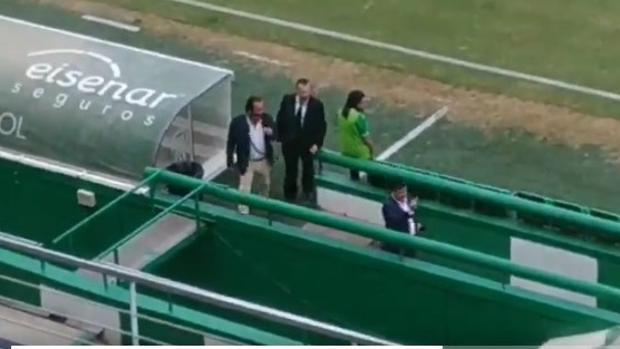 Momento en el que el presidente del Córdoba CF, Jesús León, saca el dedo