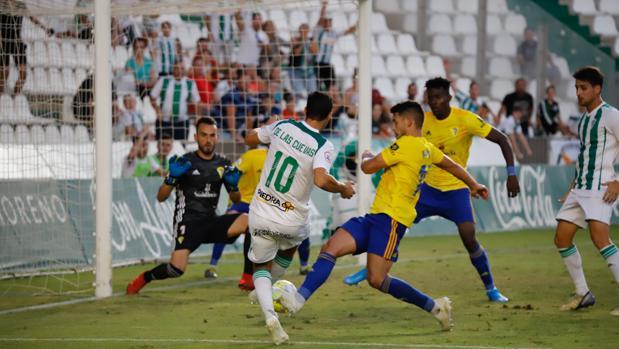Miguel de las Cuevas marca el gol del triunfo del Córdoba ante el Cádiz B en el minuto 95
