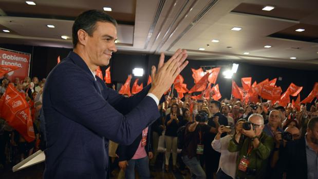 El presidente del Gobierno en funciones y candidato socialista, Pedro Sánchez, este martes, durante el mitin en el hotel de Granada donde ha sido detenido un ciudadano turco.