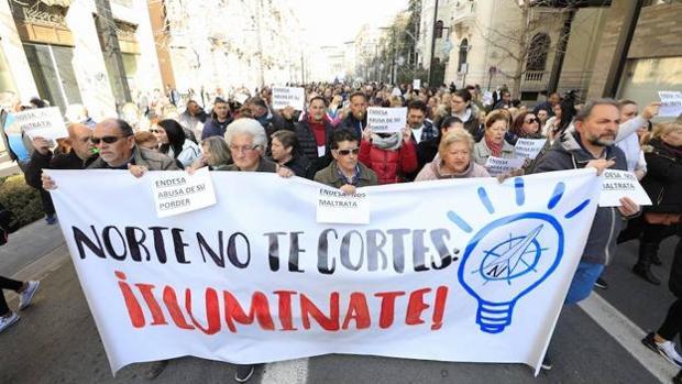 Vecinos de la zona Norte de Granada, en una manifestación contra los cortes de luz