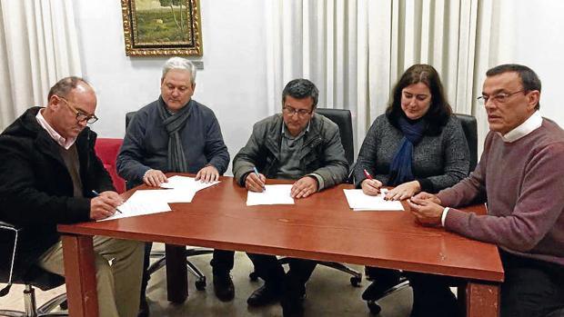 Acto en el que se firmó el acuerdo que frenó la moción de censura