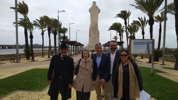 Fiona Donovan con miembros de la Asociación Huelva-Nueva York junto al monumento a Colón