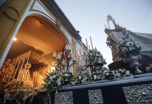 La Virgen del Rayo saluda a la hermandad del Descendimiento el Sábado Santo de 2018