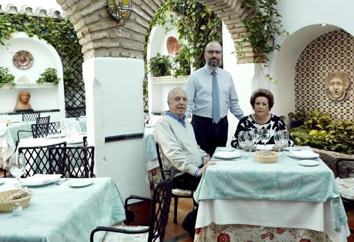 Rafael y Mari junto a su hijo en el patio de El Churrasco