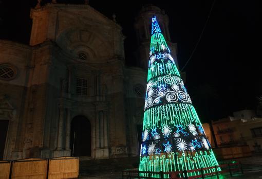 Árbol de Navidad iluminado en Cádiz este jueves