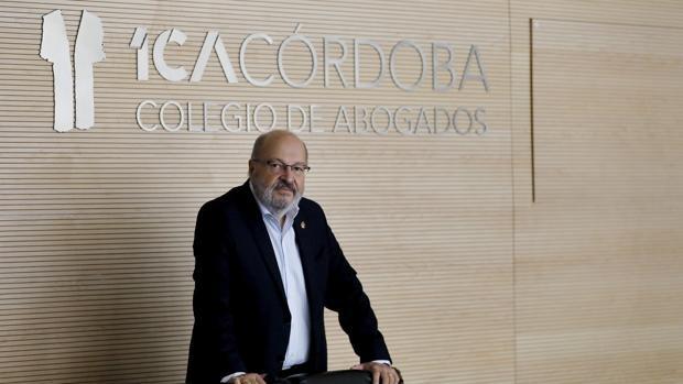 Carlos Arias, decano de los abogados: «La palabra de una mujer no puede valer más que la de un hombre»