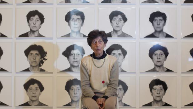 Esther Ferrer, junto a retratos de distintas épocas expuestos en el Palacio de Velázquez