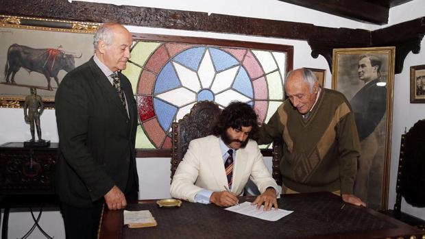 El diestro en el despacho de Joselito junto a su apoderado y Ramón Valencia