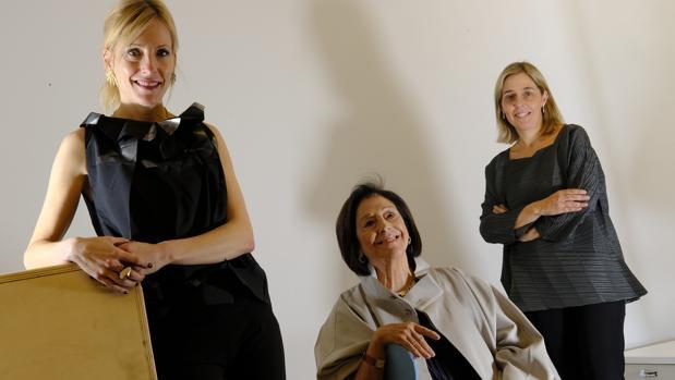 Nieves Fernández (en el centro), con sus hijas Nerea (izquierda) e Idoia (derecha)
