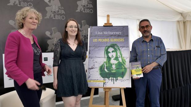 La embajadora de Irlanda Sile Maguirre y los escritores Lisa McInerney y Antonio Rivero Taravillo