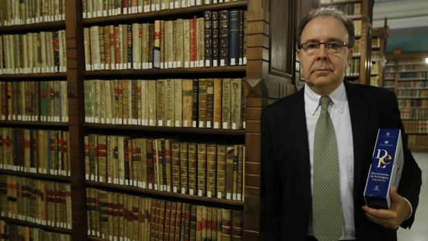 El académico Pedro Álvarez de Miranda, fotografiado en la RAE con un ejemplar en papel de la 23 edición del Diccionario