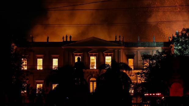 Vista general del Museo Nacional de Río de Janeiro, uno de los más antiguos de Brasil, mientras es consumido por las llamas