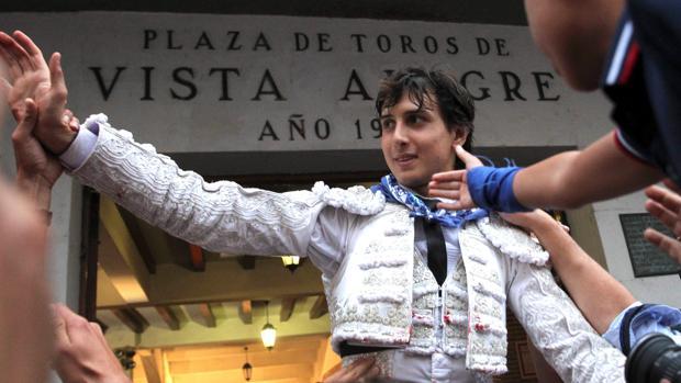 El diestro peruano, a hombros en la plaza de toros de Bilbao