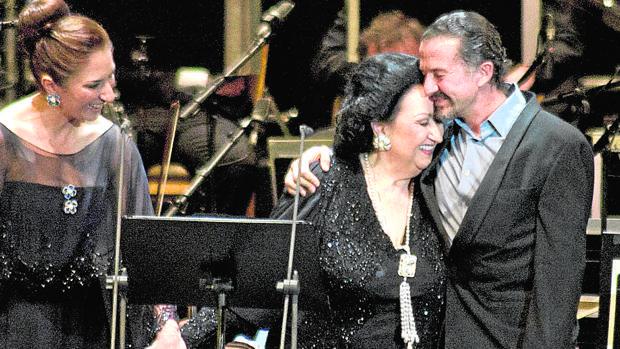 Montserrat Caballé y José María Cano se abrazan, en presencia de Montserrat Martí, en un concierto en Madrid en 2012