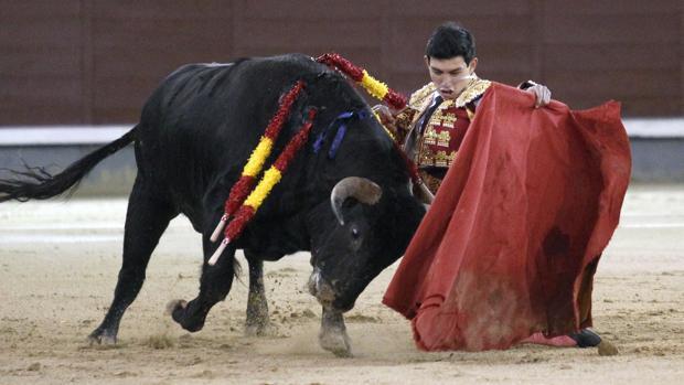 Isaac Fonseca, de rodillas