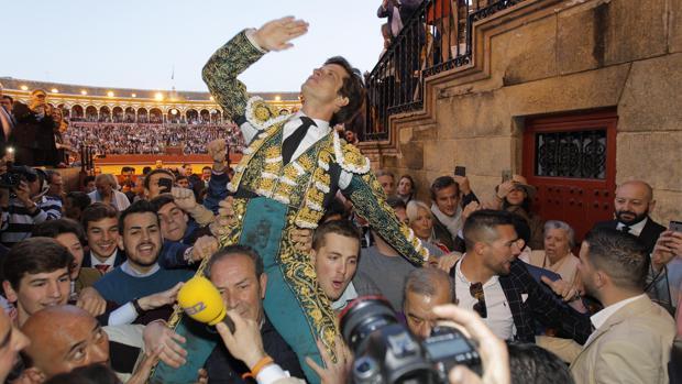 El Juli, a hombros por la Puerta del Príncipe después de cortar cuatro orejas el 16 de abril en la corrida de Garcigrande