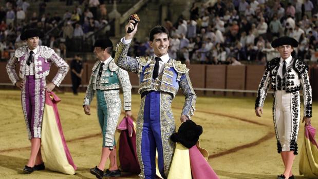García Navarrete con el trofeo que cortó en la Maestranza en junio