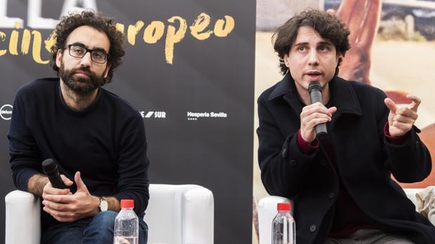 El director Jonás Trueba (d), acompañado del historiador cinematográfico Luís E. Parés
