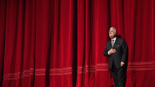 Plácido Domingo recibe la ovación del público en el escenario del Met